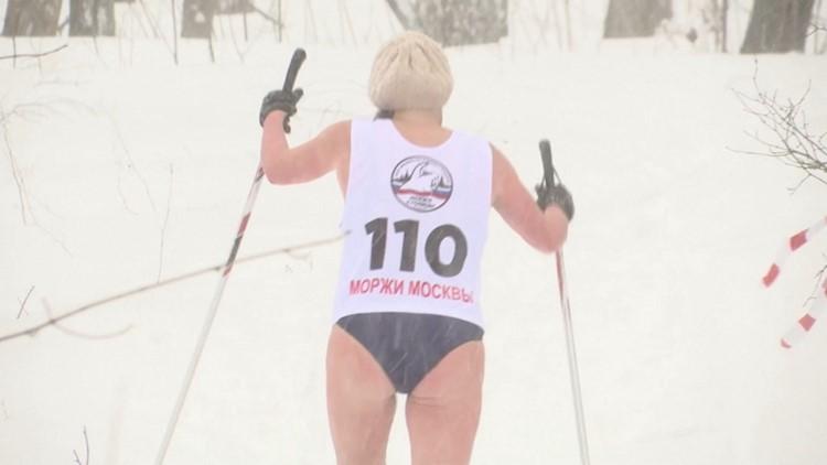 Rusos en Trajes de Baño Soportan Temperaturas Heladas Mientras Corren en El 'Criatlón' de Clima Frío