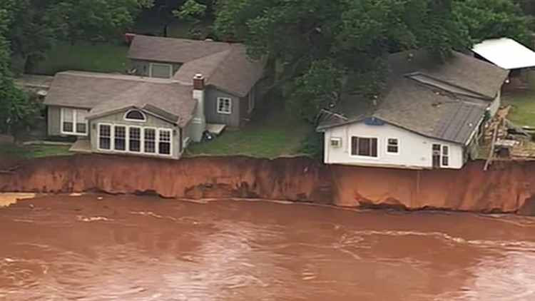 Barges loose on flooded river in Oklahoma threaten dam