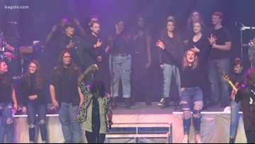 Bryan High School Choir sings on-stage with rock band Foreigner